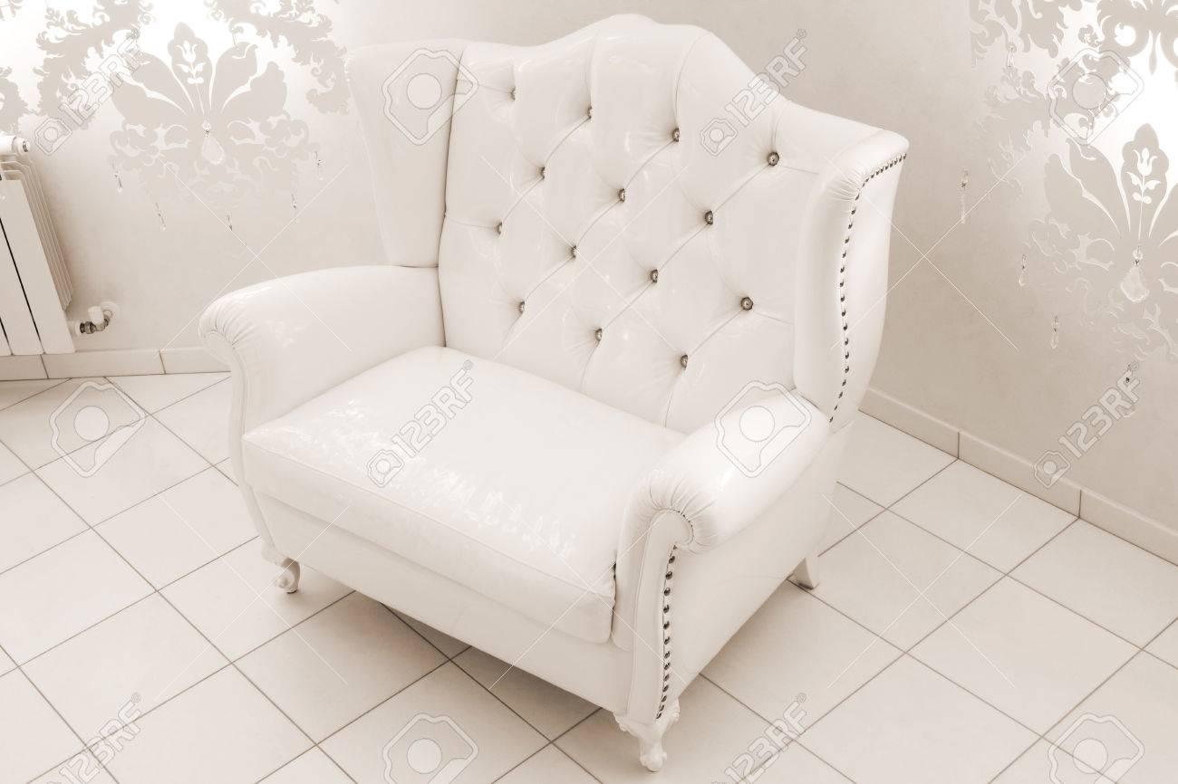 Schöne Weiße Sessel In Ein Modernes Apartment Lizenzfreie Fotos