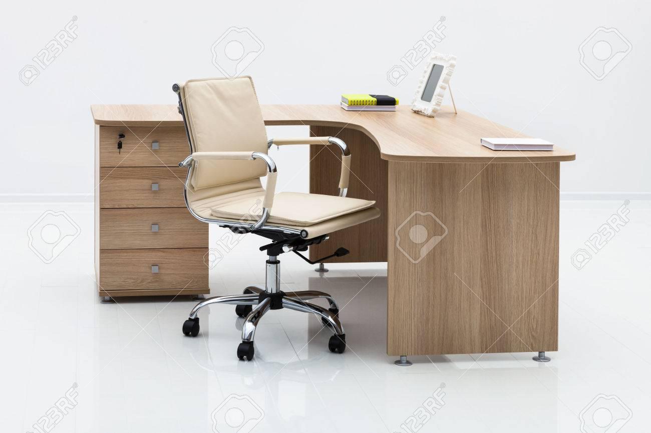 Bureau en bois clair dans le bureau banque dimages et photos libres
