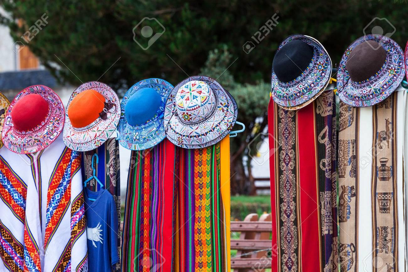 informazioni per 44646 6b918 Belle sciarpe e cappelli in un mercato in Perù