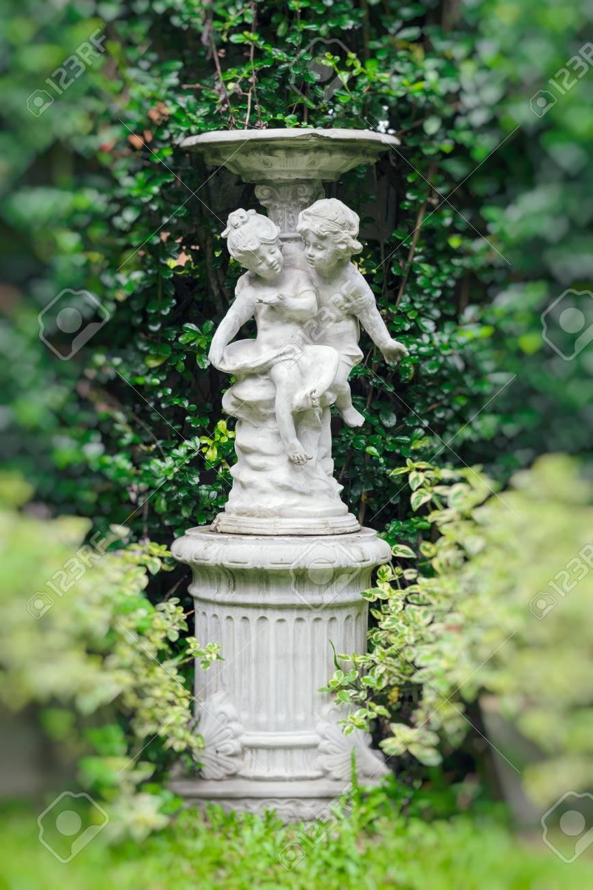 Junge Und Mädchen Garten Vogeltränke Aus Beton Mit Herzform ...