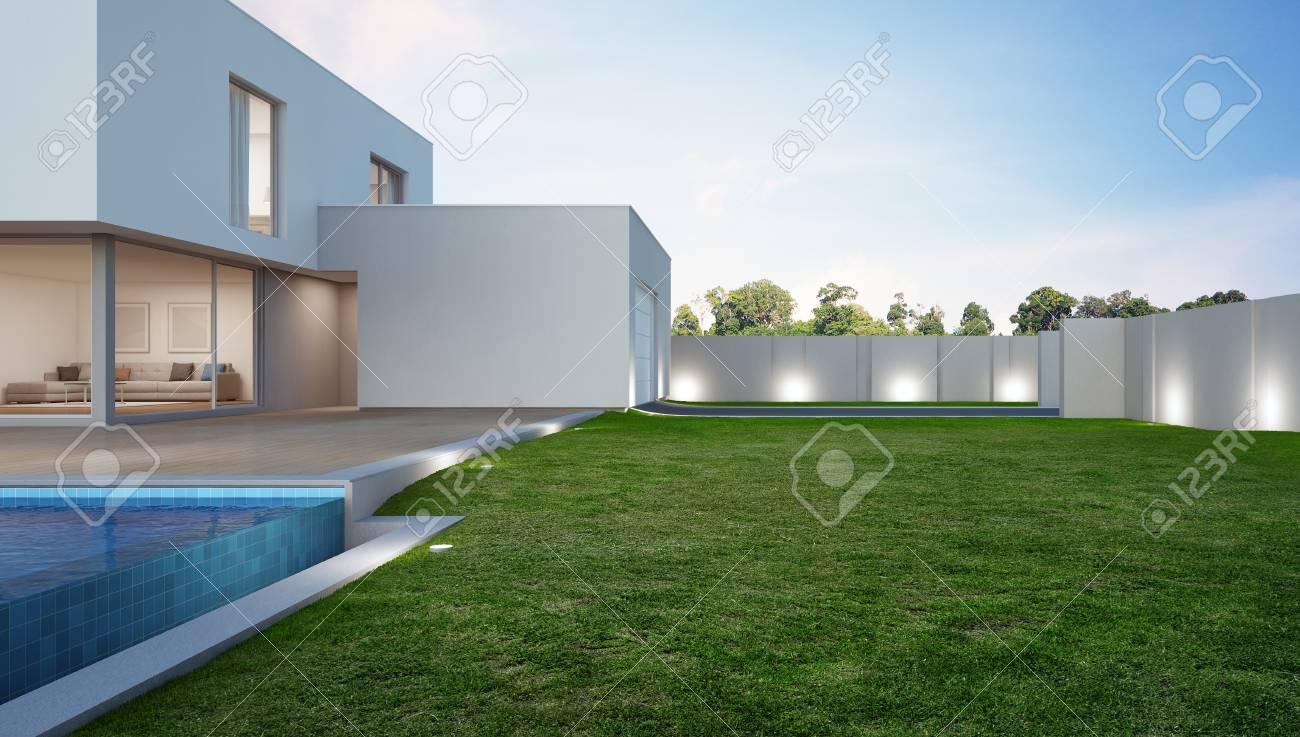 Maison de luxe avec piscine et terrasse près de la pelouse dans un ...