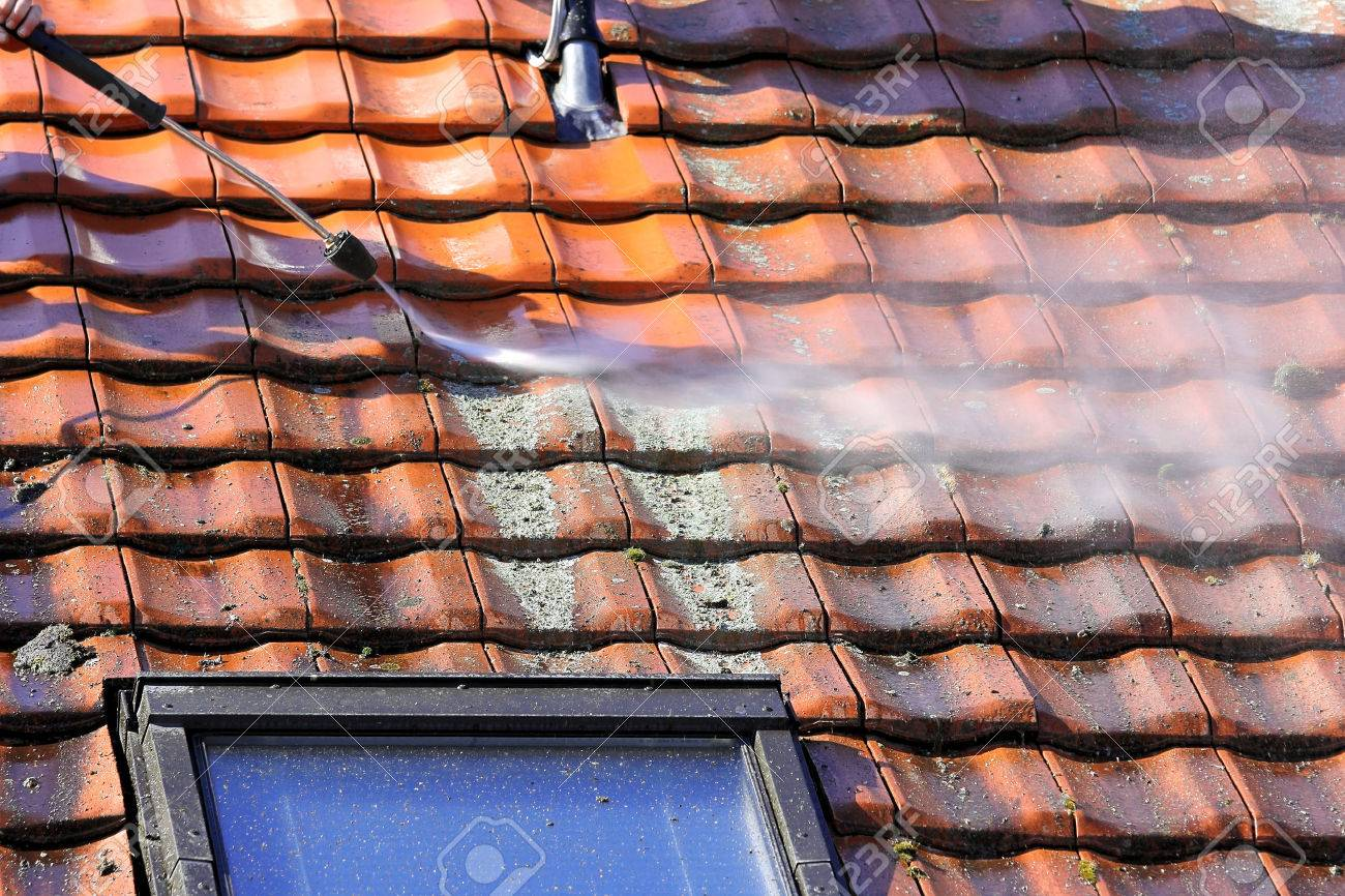 Roof cleaning with high pressure - 44174151