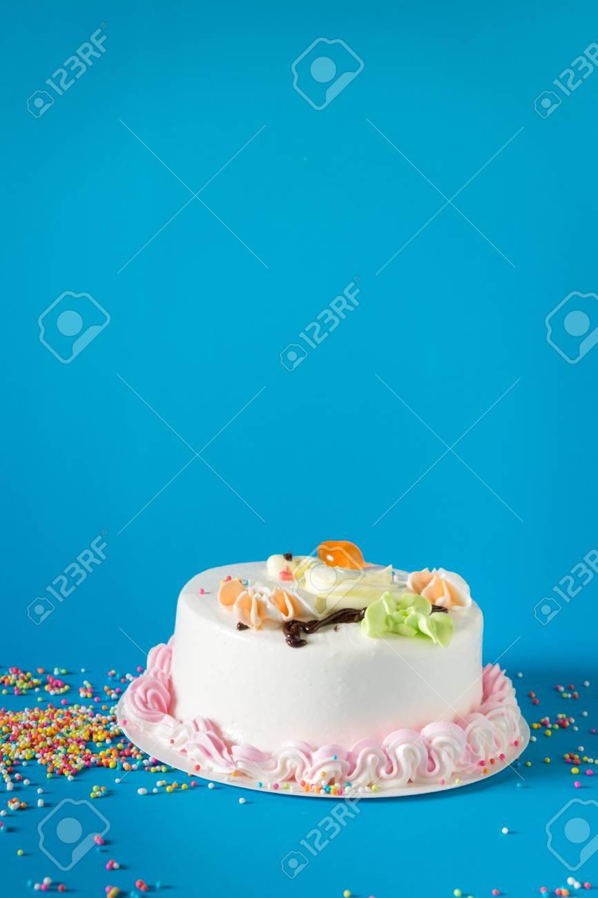 Schöne Große Kuchen. Geburtstagskuchen Auf Schwarzem Hintergrund  Standard Bild   60985901