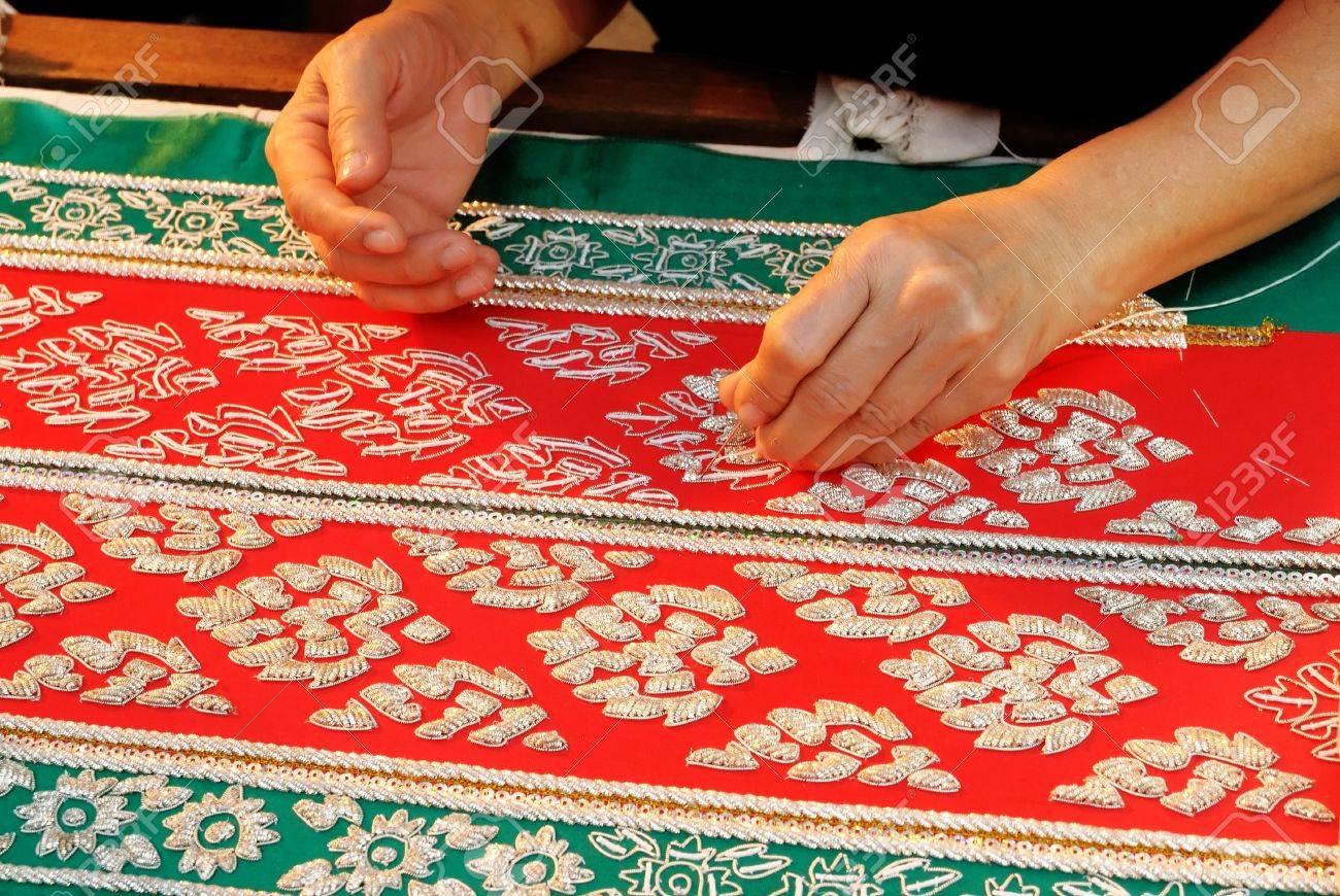 Weibliche Hand Nähen Tuch Alten Thai Muster Stoff Machen Lizenzfreie ...