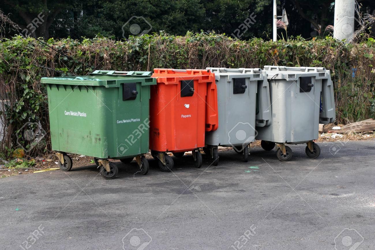Bidoni della spazzatura città spazzatura bin con ruote foto