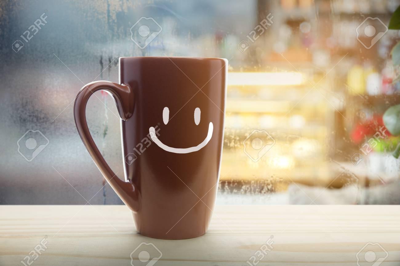 Tasse Brune De Café Avec Un Sourire Heureux Tasse De Café Rouge à La Vapeur Sur Un Fond De Fenêtre De Jour De Pluie Bonjour Ou Avoir Un Concept De