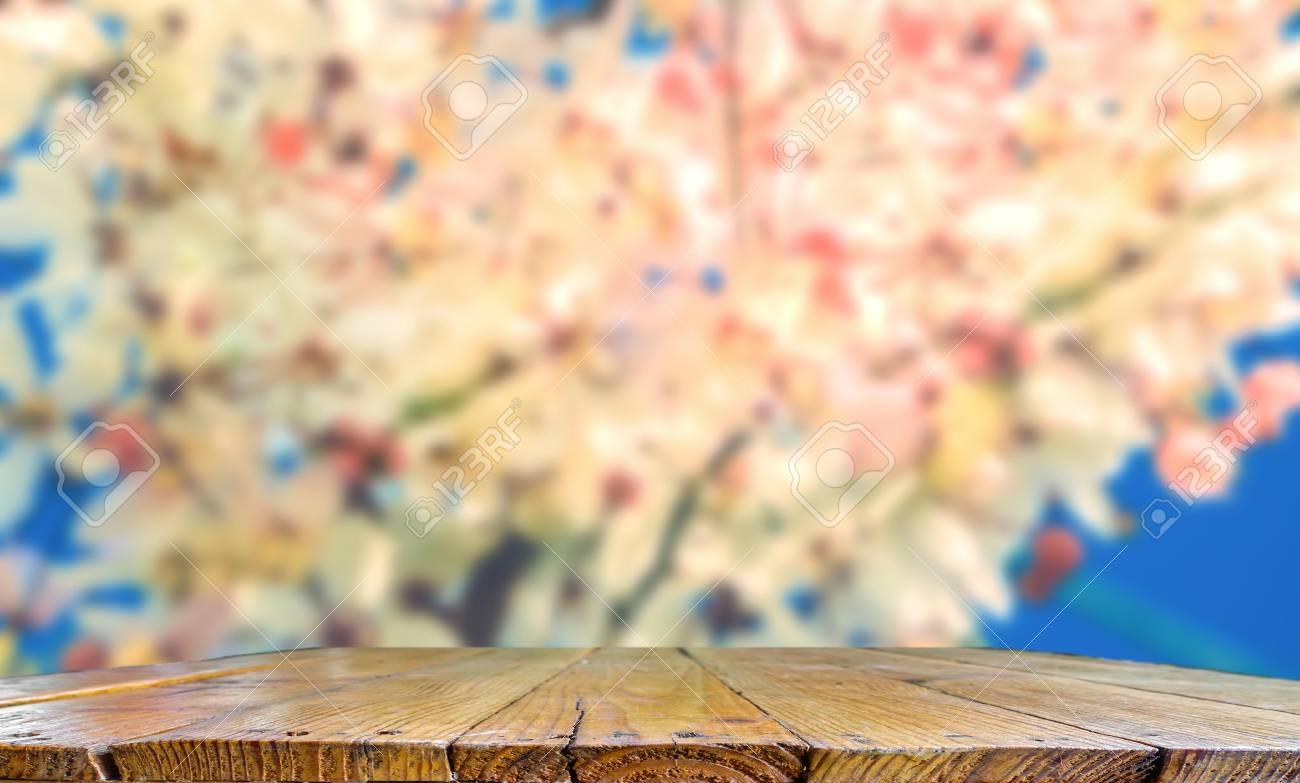 Ripiani In Legno Per Tavoli : Il ripiano del tavolo di legno con l immagine vaga di rosa del
