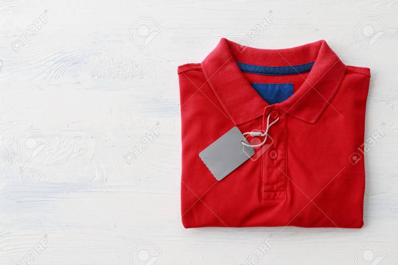 cf8ecbfb2 Cierre de camisa roja del polo con las etiquetas en blanco para vender en  la tienda