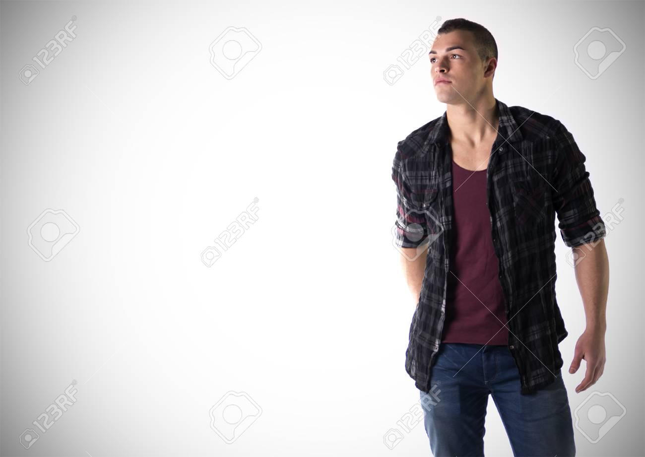 Beau jeune homme avec t shirt et chemise à carreaux, grand atelier