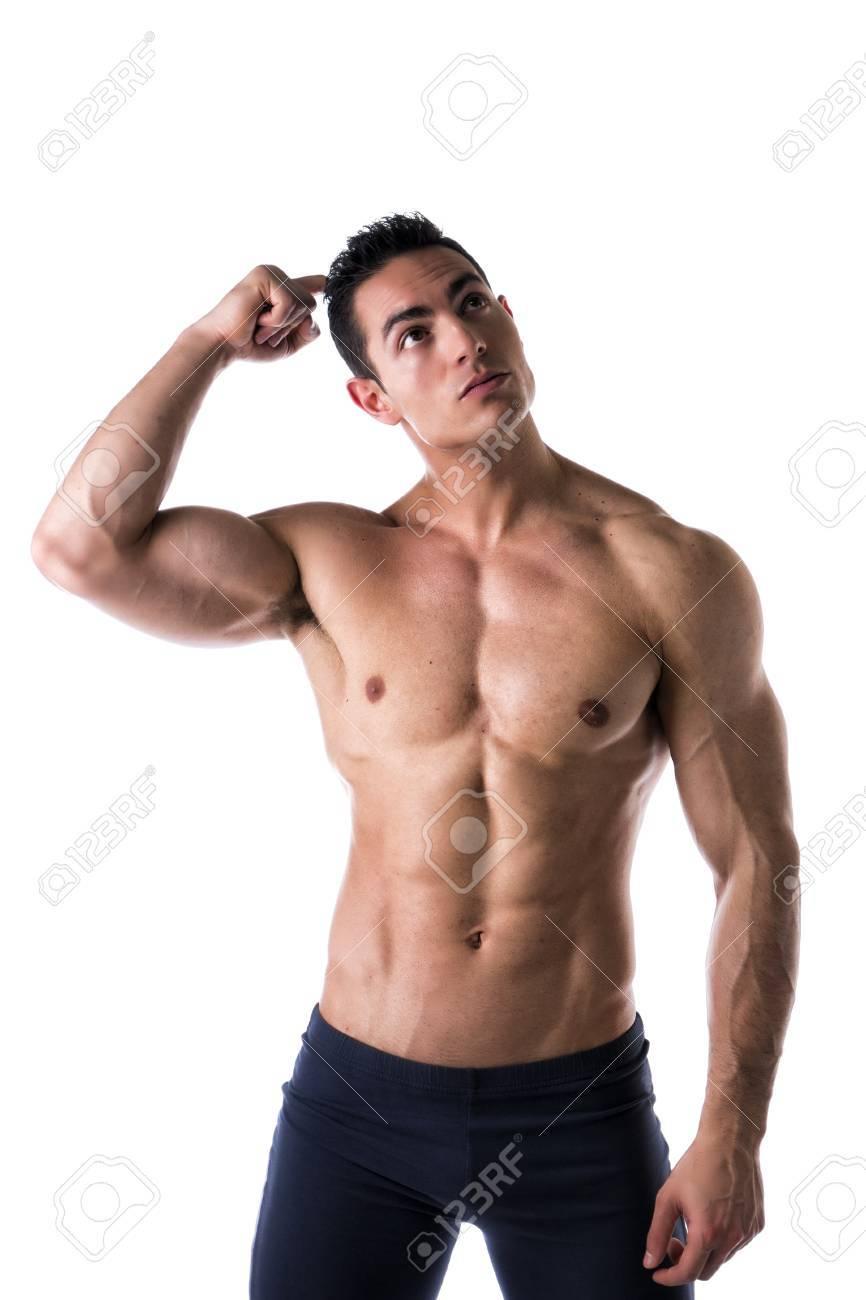 musculaire torse nu jeune homme incertain ou confus grattant la