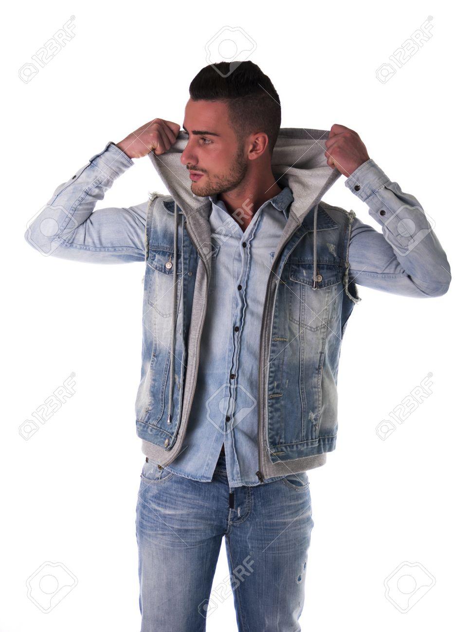 Kostuumvest Op Jeans.Knappe Jonge Man In Hoodie Denim Vest En Jeans Geisoleerd Op Wit