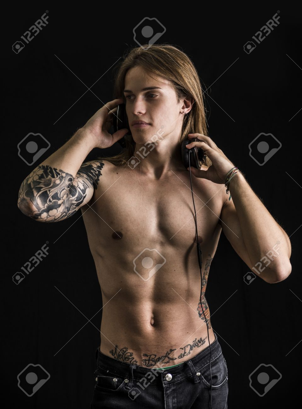 Tatouage homme torse - Banque D Images Musculaire Homme Torse Nu Avec Des Tatouages Couter De La Musique Sur Un Casque Isol Sur Fond Noir
