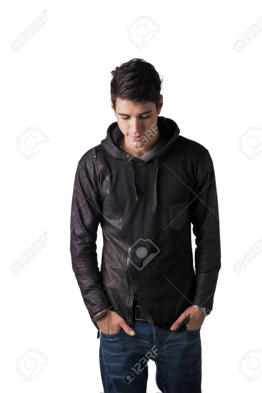 149c15d8bcf3 ShyHandsome guapo hombre tímido joven en negro sudadera con capucha suéter  de pie, mirando hacia abajo, aislado en blanco joven en hoodie negro suéter  ...