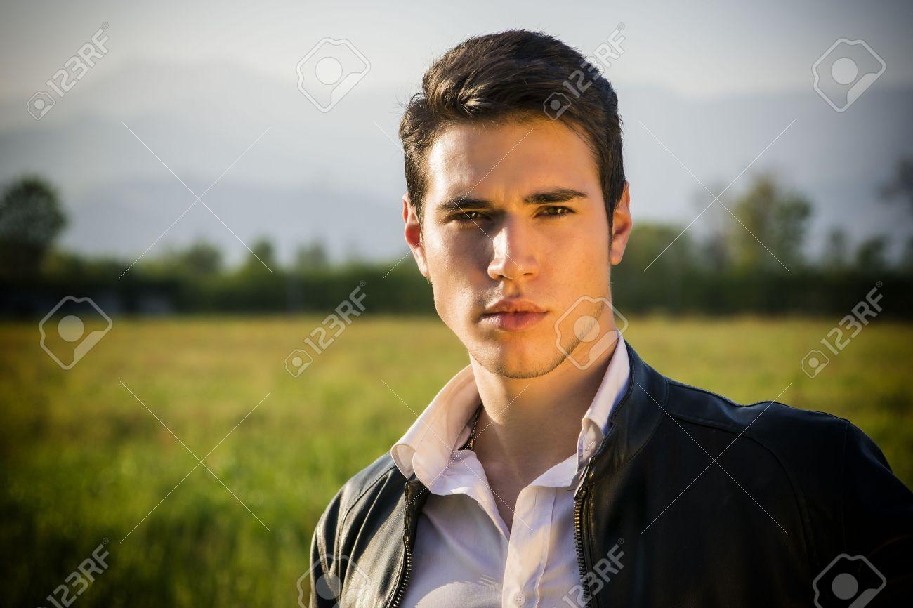 Beau Jeune Homme beau jeune homme à la campagne, en face de champ ou d'une prairie
