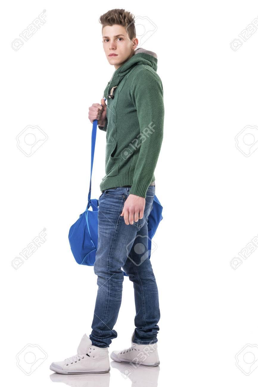 7aa0433a3d9 Attractive Mode Jeune Homme Avec Un Sac Sur La Bandoulière