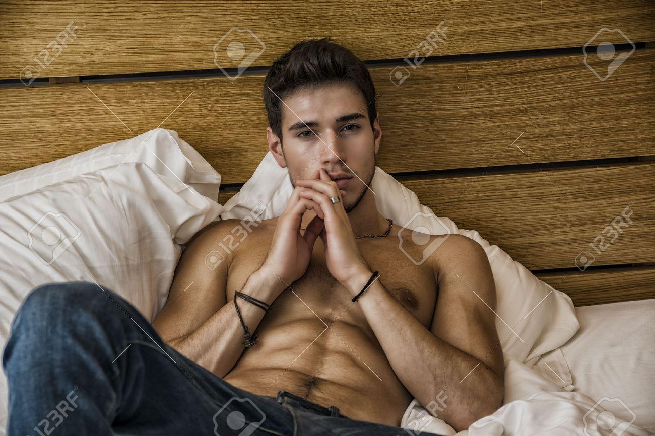 Allein Nackter Oberkörper Sexy Männlichen Modell Liegend Auf Seinem Bett In  Seinem Schlafzimmer, Blick In
