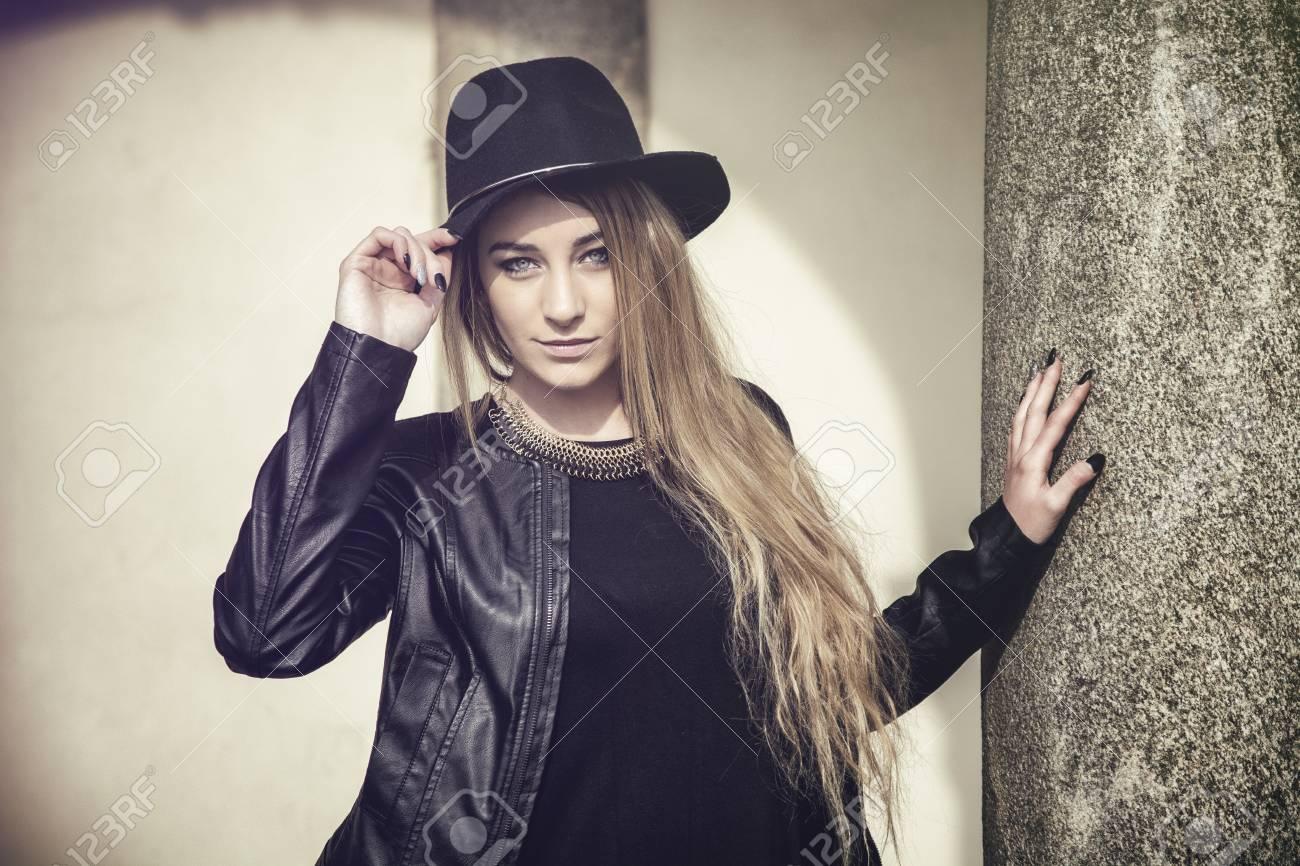 magasiner pour authentique qualité et quantité assurées emballage élégant et robuste Portrait de jolie jeune femme blonde dans le chapeau fedora noir et veste  en cuir regardant la caméra