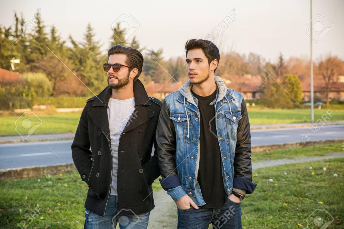Dos Hombres Guapos Jovenes Casuales De Moda 2 Amigos En Un