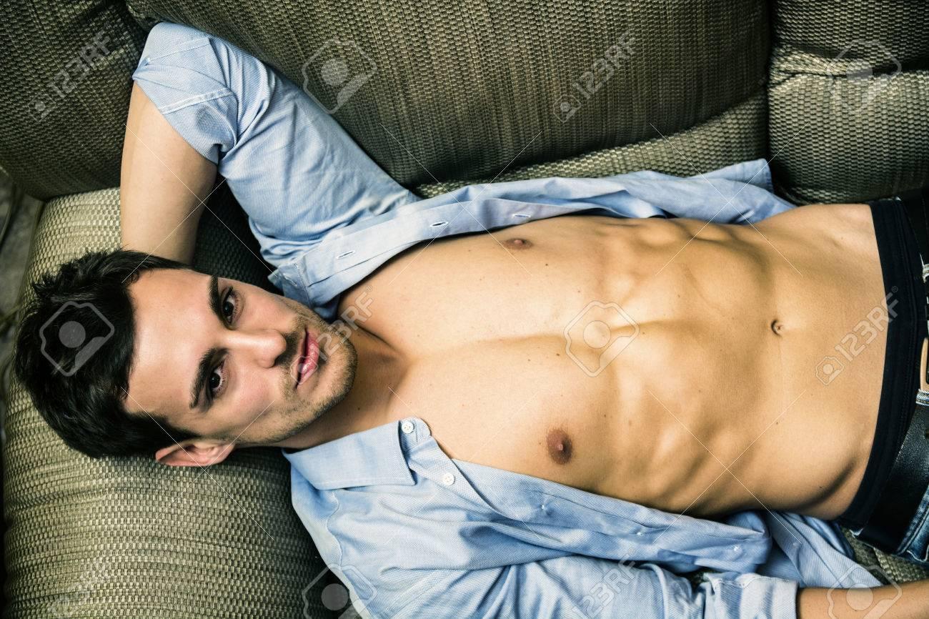 Plus c'est épicé, mieux c'est ! |ft. Pablo Mora 69846770-torse-nu-jeune-homme-sexy-avec-la-chemise-ouverte-sur-le-torse-nu-se-d%C3%A9tendre-sur-le-canap%C3%A9-et-regar