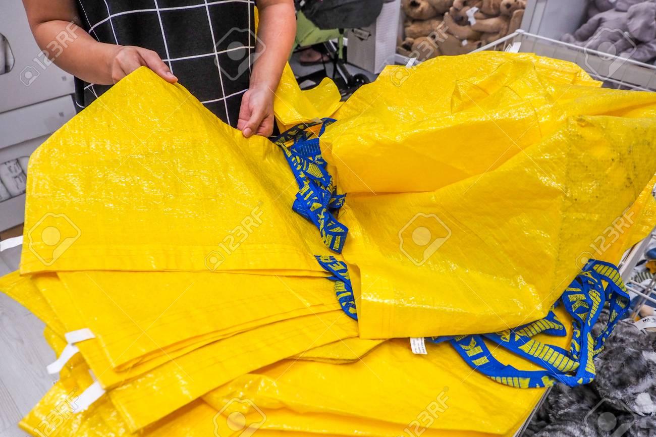 DEZEMBER 2016: Große Gelbe Einkaufstaschen Im IKEA Speicher.