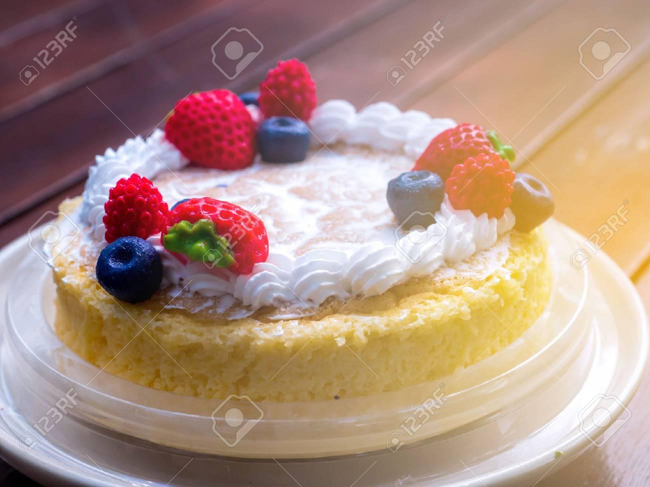 Fermer Gâteau Crémeux Au Fromage Mascarpone Avec Fraises Et Baies D
