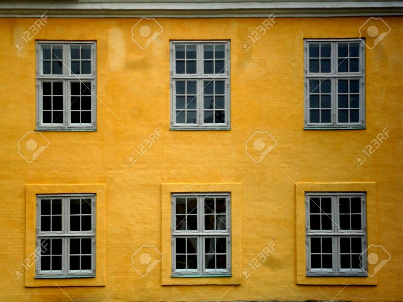 Maison Jaune Et Grise Avec Des Fenêtres Rectangulaires à Copenhague Danemark