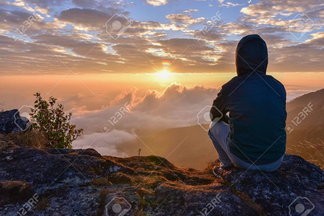 imagen de un hombre sentado solo
