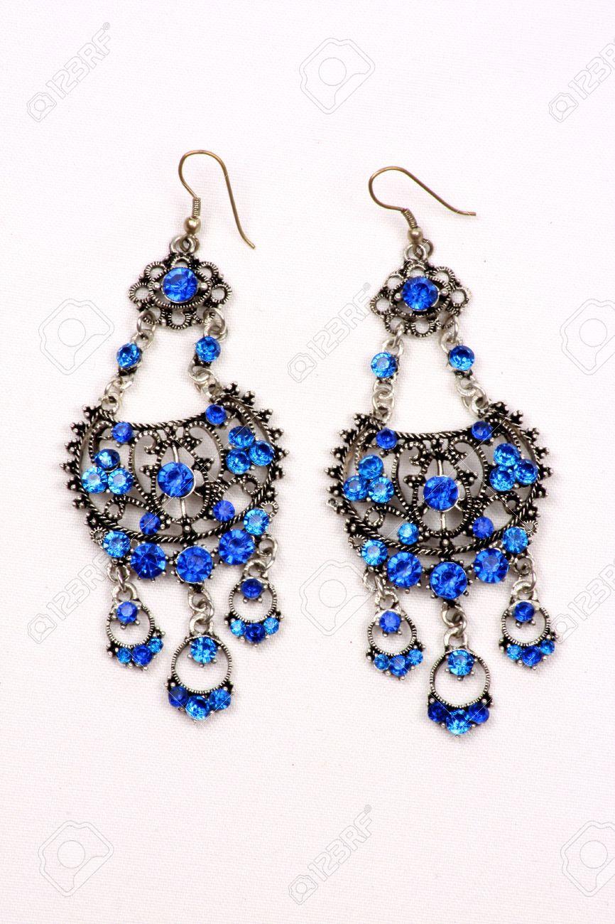 368e4753340c Foto de archivo - Un conjunto de hermosos aretes étnicas con piedras  preciosas azules en el diseño de la India tradicional