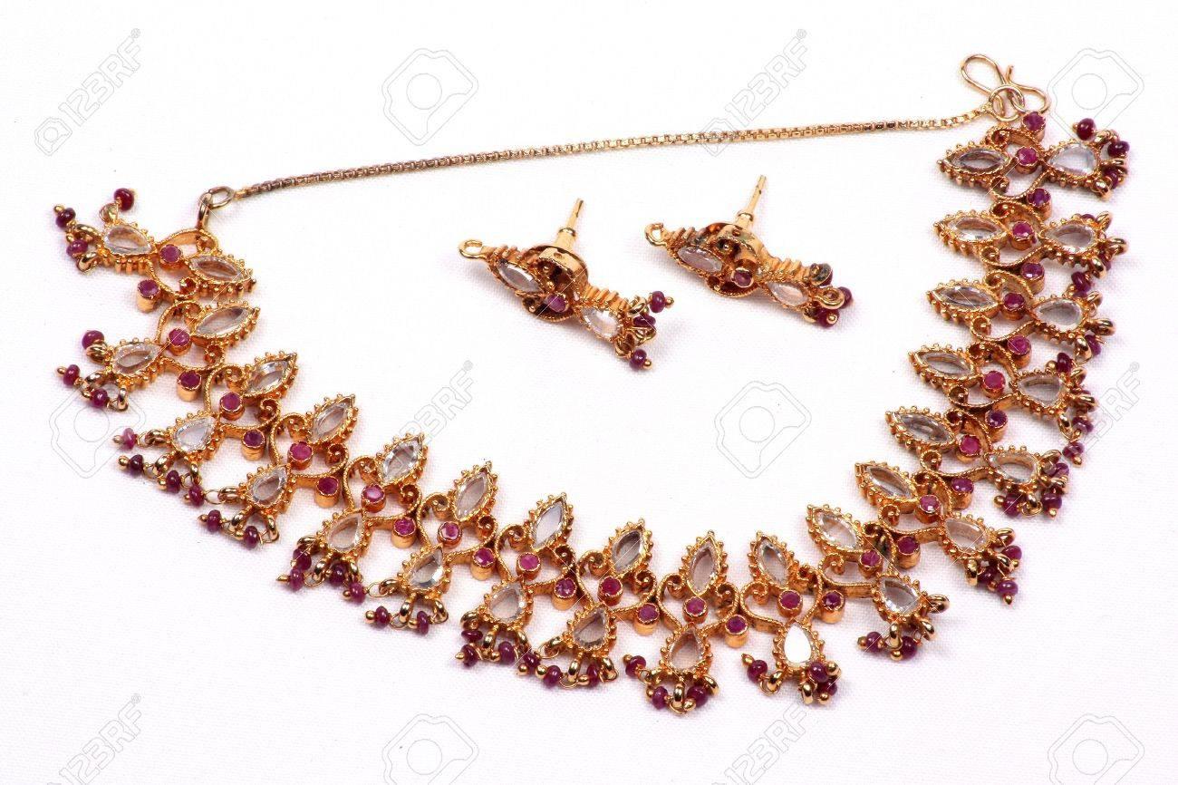 016ba85bdeae Foto de archivo - Un tradicional indio étnico joyería conjunto compuesto  por un collar de oro de diseño   aretes