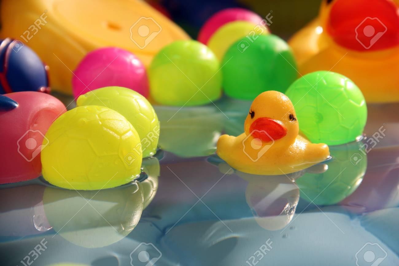 Un Juguete Patito Amarillo Flotando En El Agua Junto Con Bolas De Colores En Una Piscina De Bebé Fotos Retratos Imágenes Y Fotografía De Archivo Libres De Derecho Image 40366953