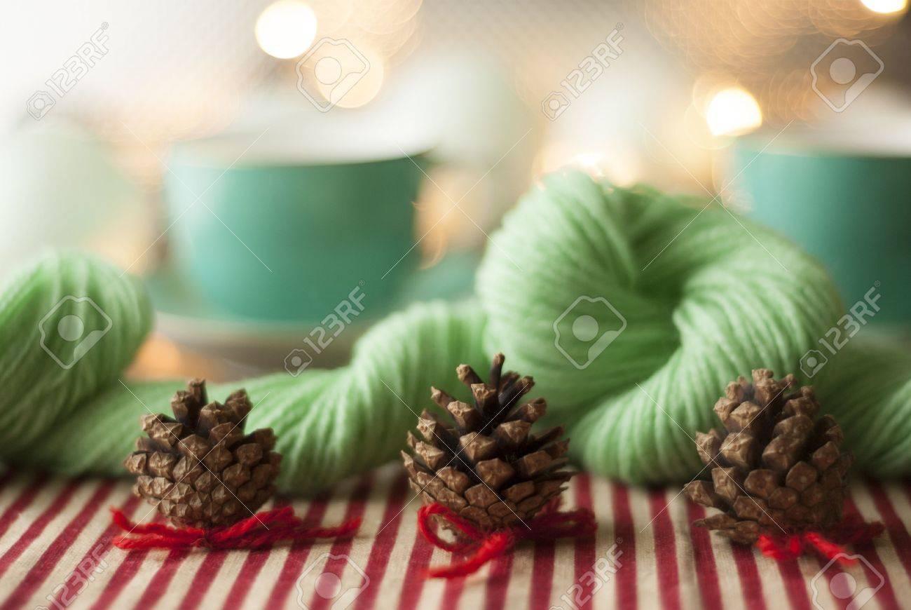 Kerstdecoraties Met Rood : Vintage kerstversiering op een tafel met rood en crème snoep