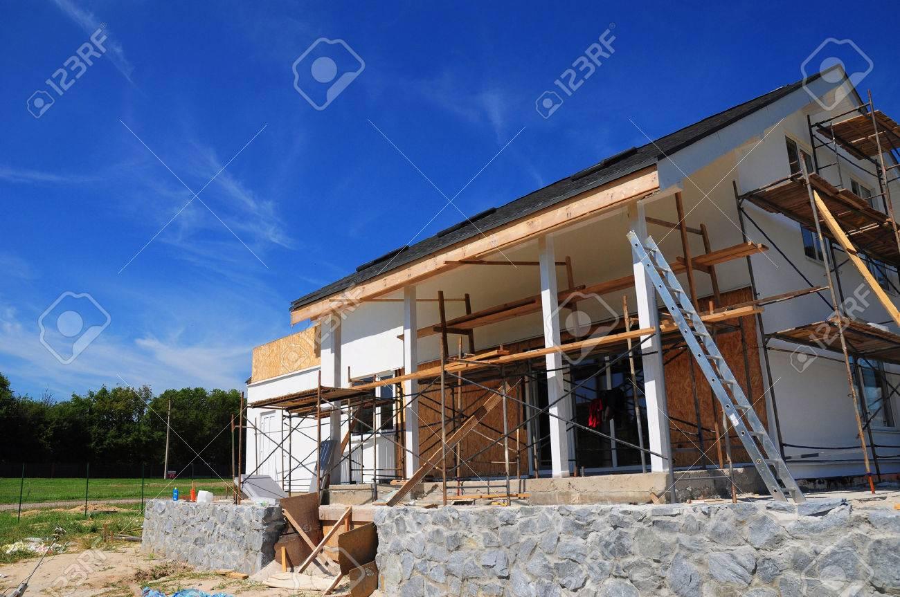 Nueva Casa De Madera En Construcción Fachada Contra El Cielo Azul La Construcción De Nueva Terraza