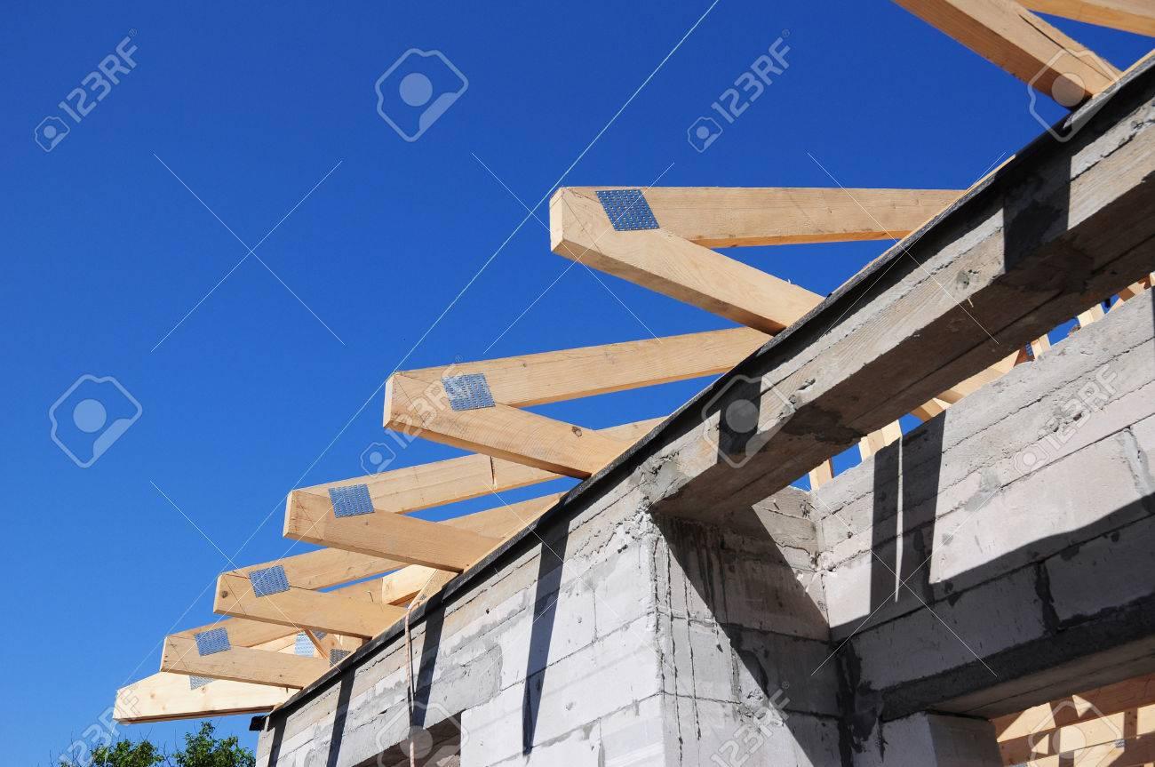 la instalacin de vigas de madera en la construccin del sistema de vigas del techo de