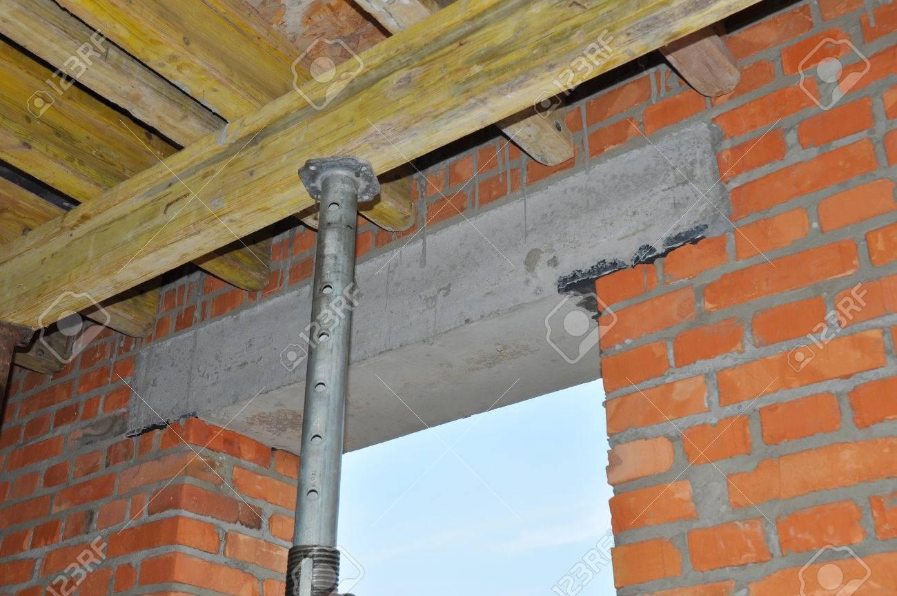 Costruire Tetto In Cemento costruire soffitto di calcestruzzo in cassaforma. overlap - è spesso travi  ondulato e tavelle piano. questi sovrapposizione è costituito da leggeri