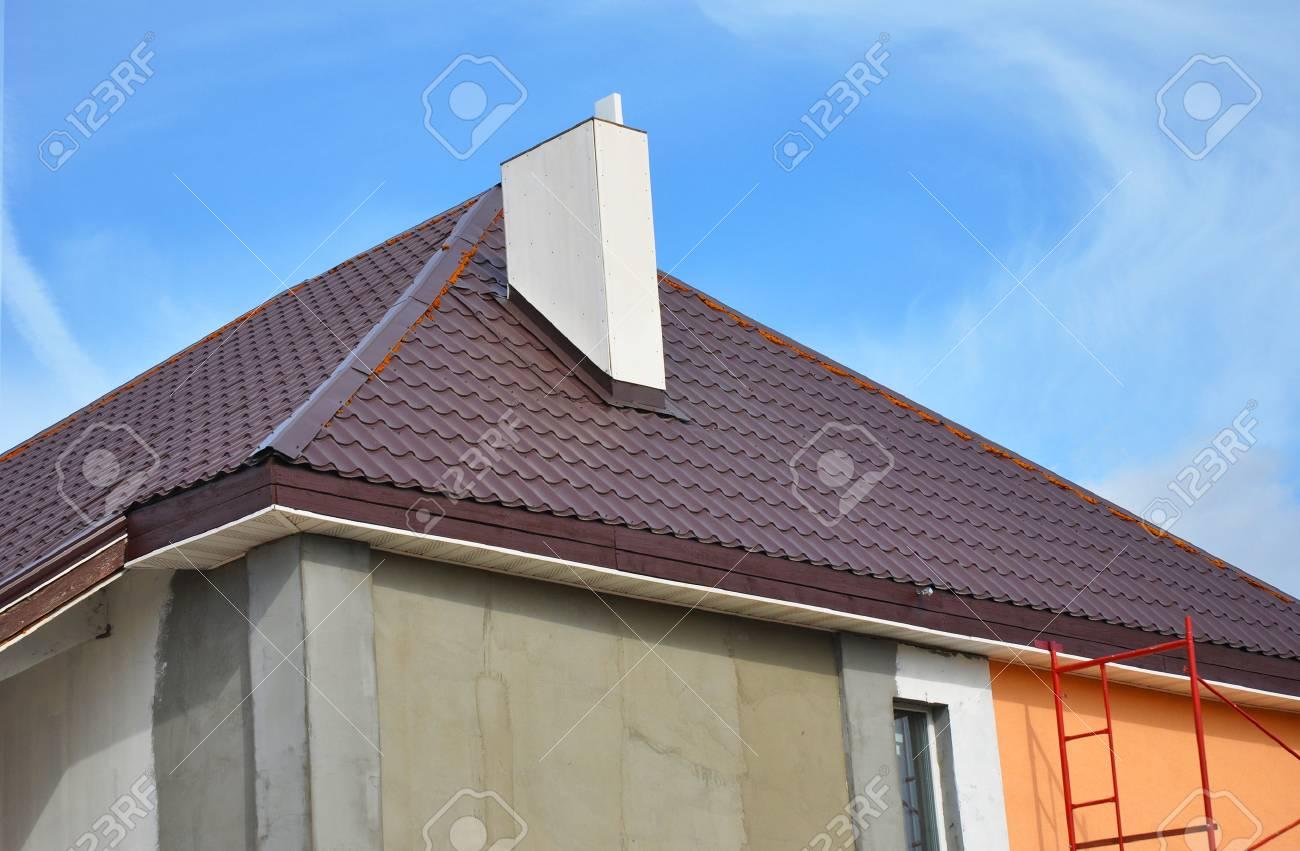 Construction Ou Reparation De La Maison Rurale Avec Avant Toits