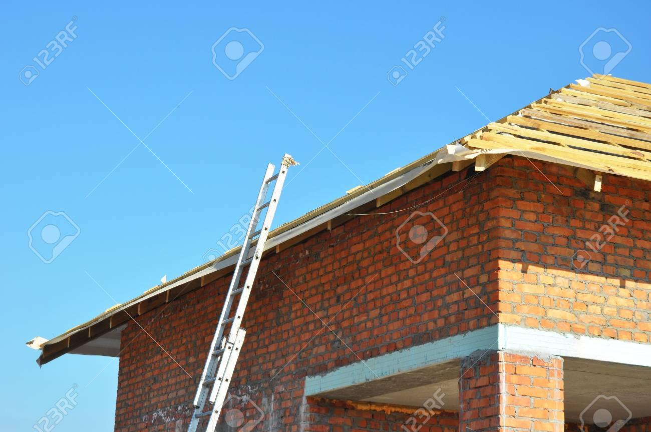 Dachkonstruktion. Hölzerner Dach-Rahmen Unfertiger Haus-Bau Mit ...