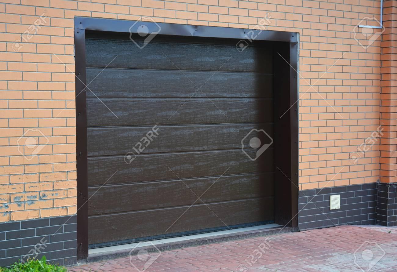 Haus Garagentor Mit Kunststoff-Garage Lüftung Im Freien. Lizenzfreie ...