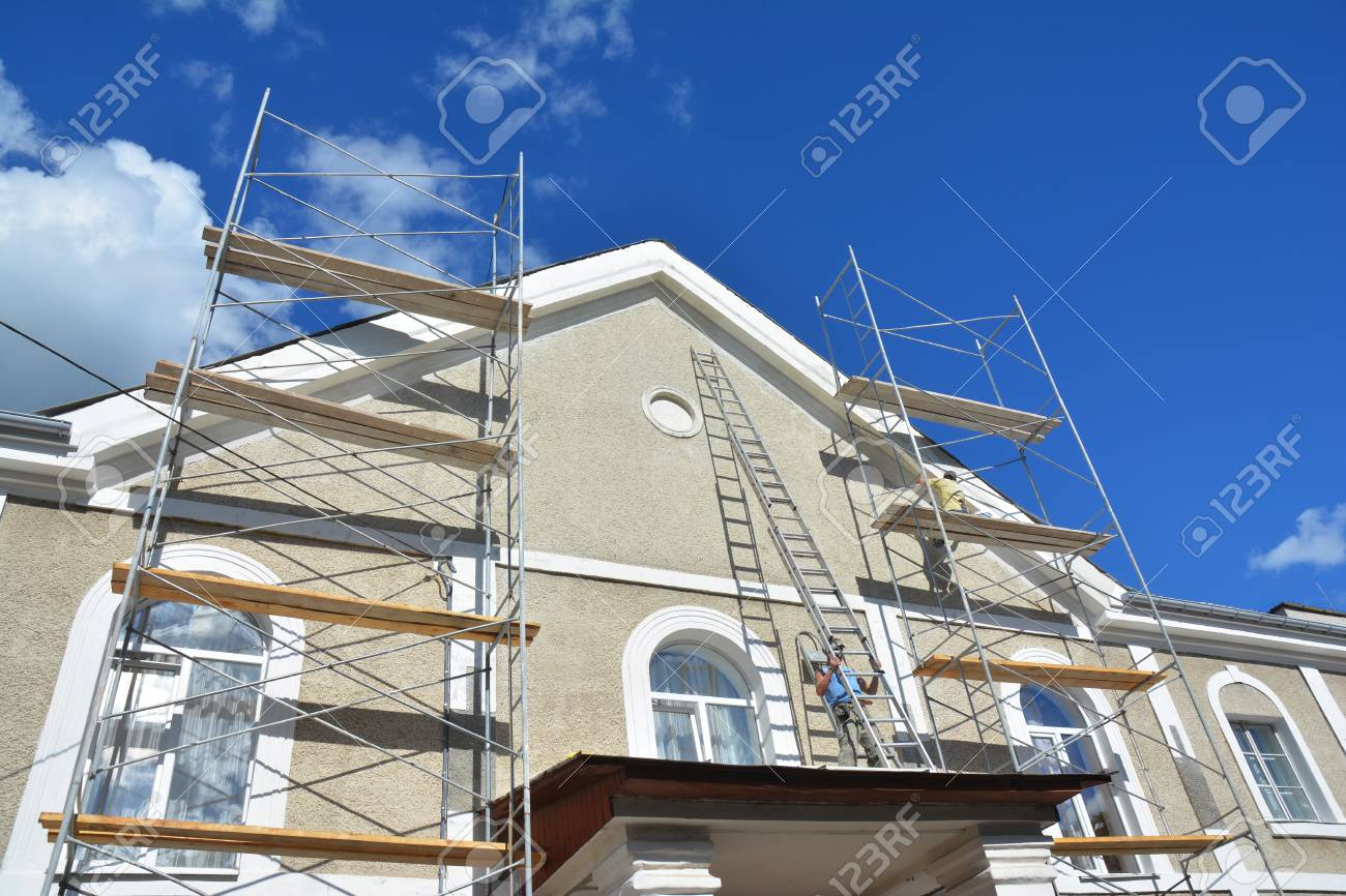Isolation Mur Exterieur Renovation peinture et plâtrage mur extérieur d'échafaudage de maison. isolation des  façades domestiques, travaux de peinture et de peinture lors des travaux de