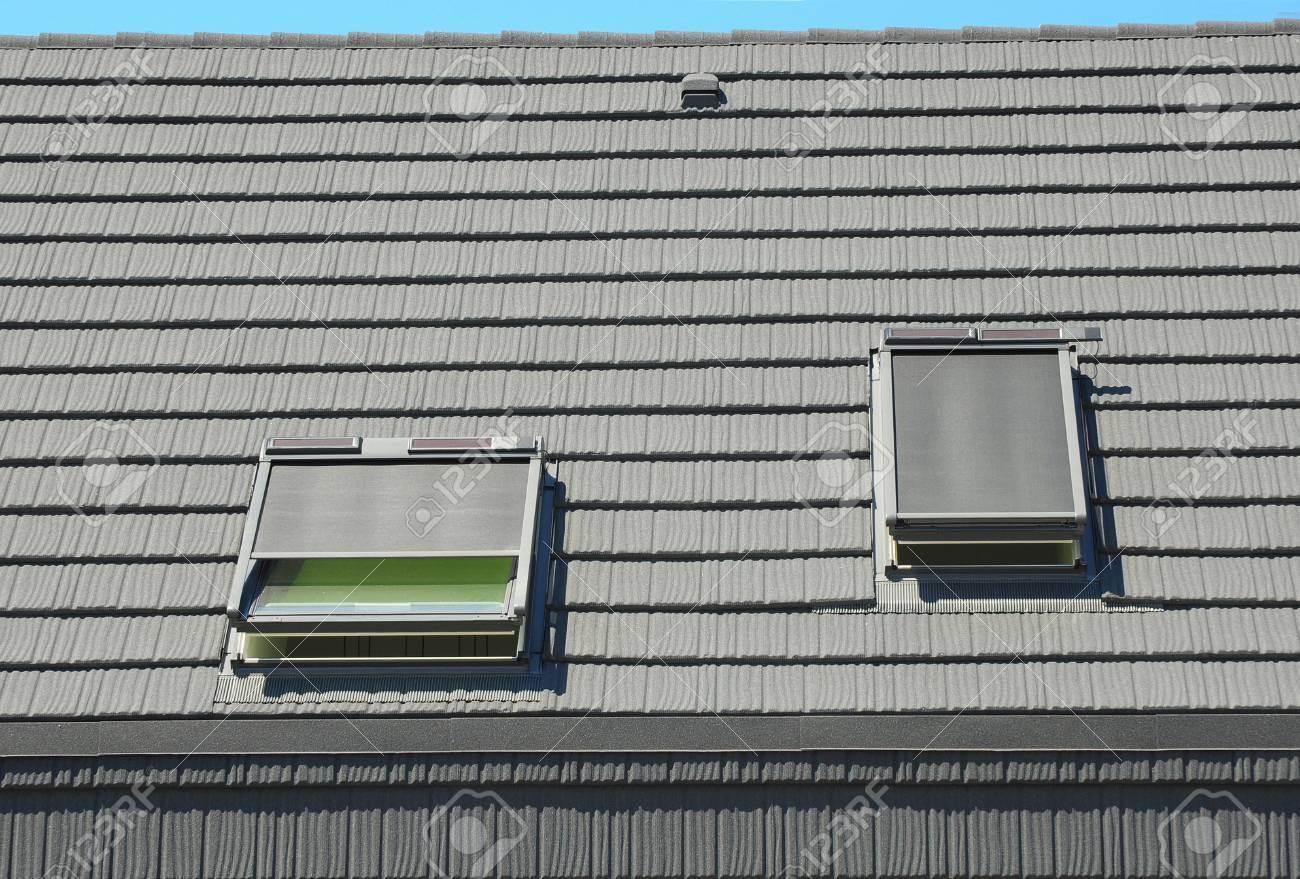 Dachfenster Mit Dachfenstern, Jalousien, Vorhänge Für ...