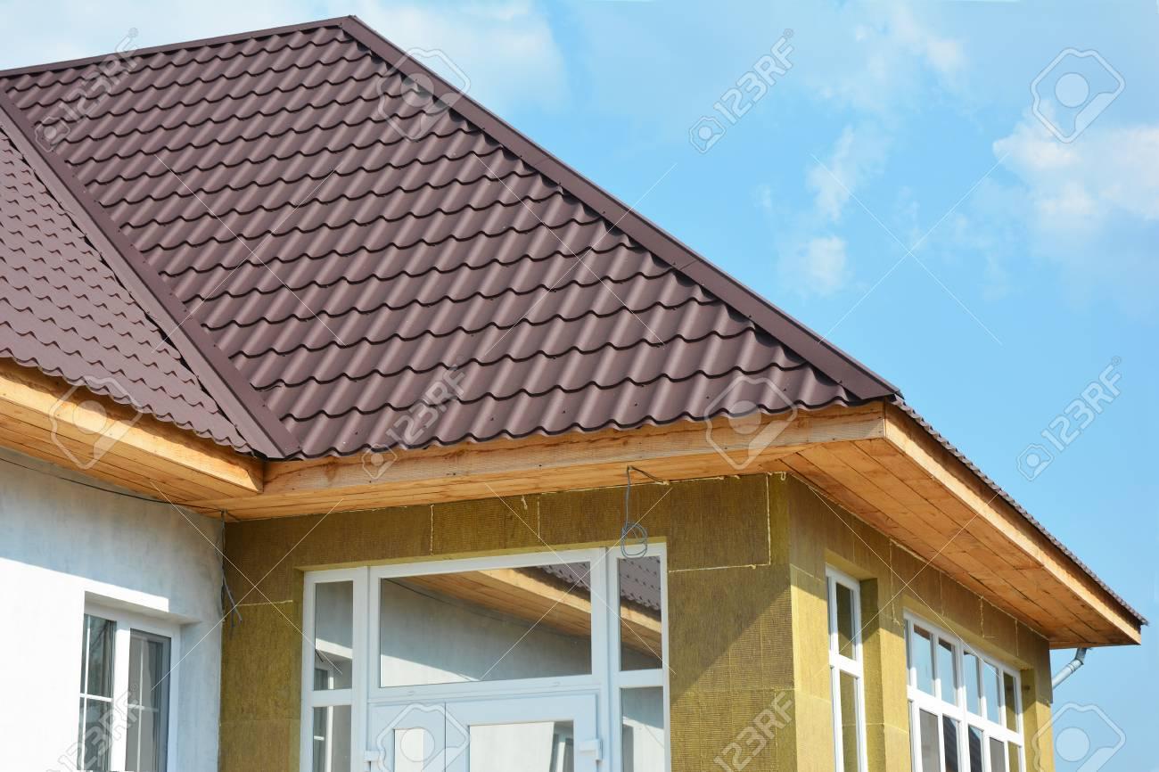 Isolation Mur Exterieur Renovation construction de toiture. réparation de mur de maison, rénovation, détail  d'isolation. extérieur d'isolation de bâtiment, ajouté aux bâtiments pour  le