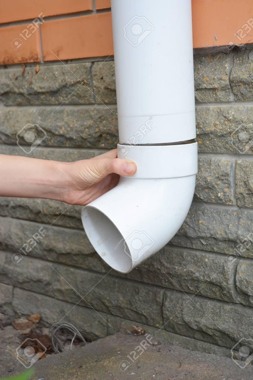 Gouttière Pvc En U installation d'un tuyau de descente de gouttière. les mains de  l'entrepreneur réparer tuyau de descente pluviale gouttière. gouttières,  gouttières,