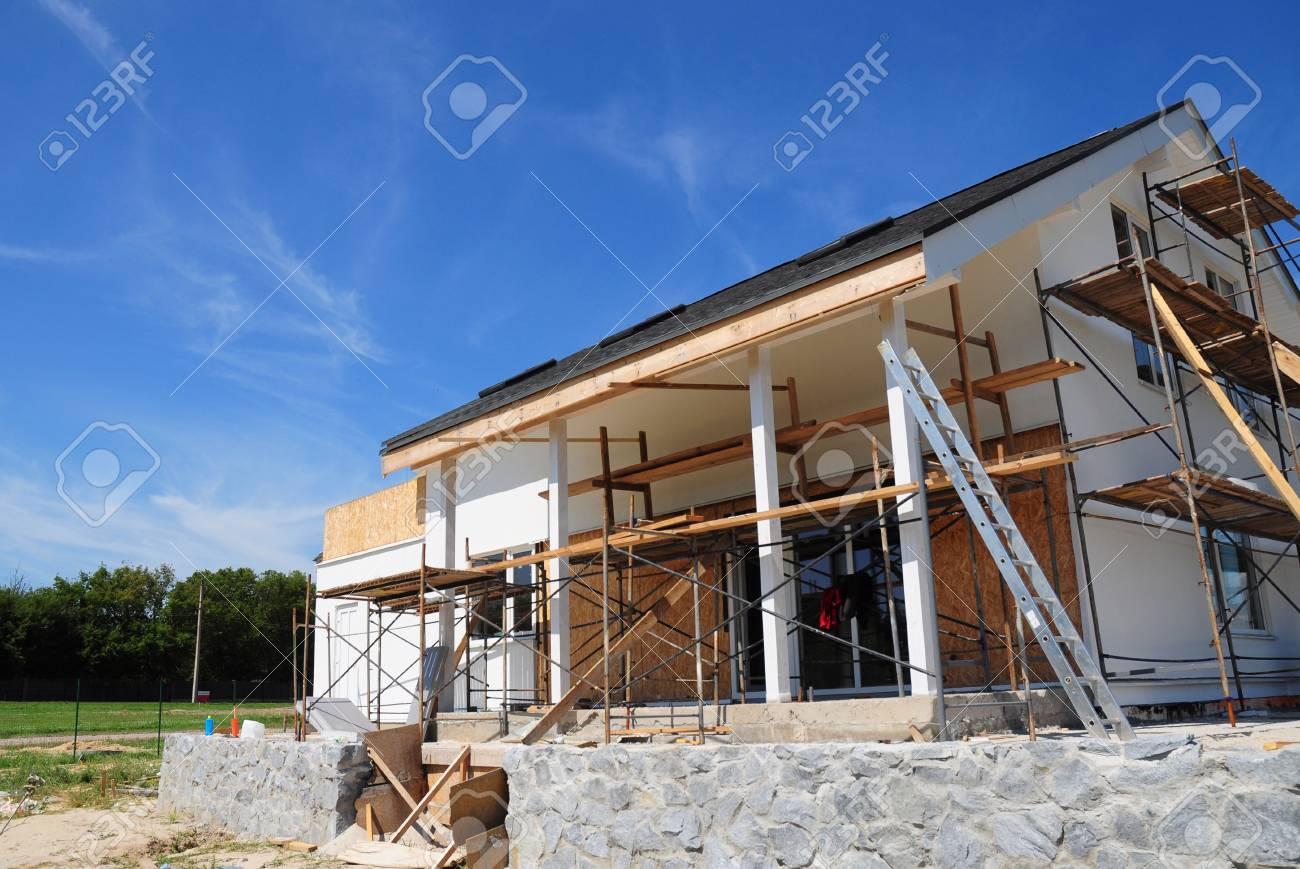 Isolation Mur Exterieur Renovation rénovation et réparation de murs de façade de maisons avec isolation en  laine minérale, plâtrage, peinture murale à l'extérieur. construction de