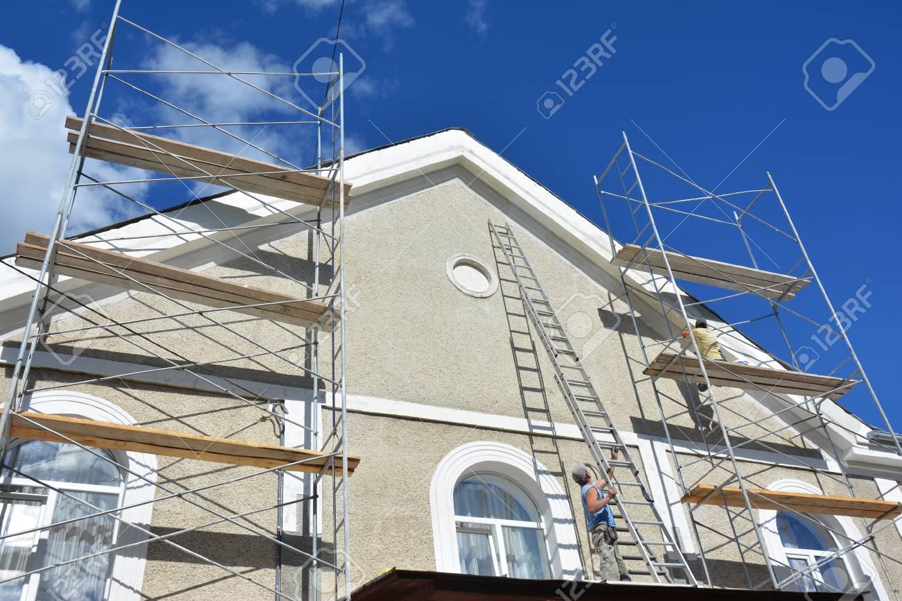 Peinture Et Plâtrage Mur Extérieur D échafaudage De Maison Travaux D Isolation Et De Peinture De Façades Domestiques Lors De Rénovations Extérieures