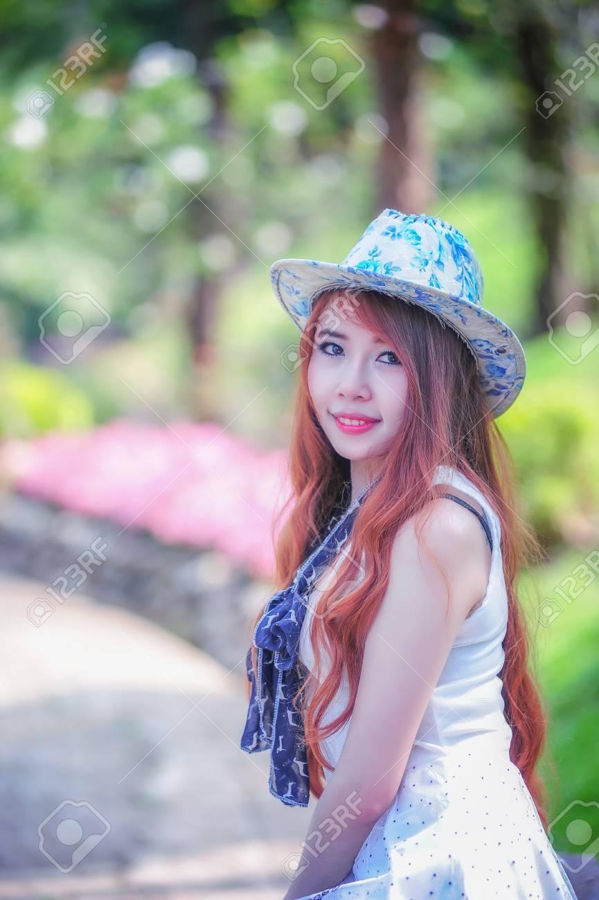 Banque d images - Shooting de mode d asie Belle jeune femme portrait sur  l extérieur 2f18d3f7a17f