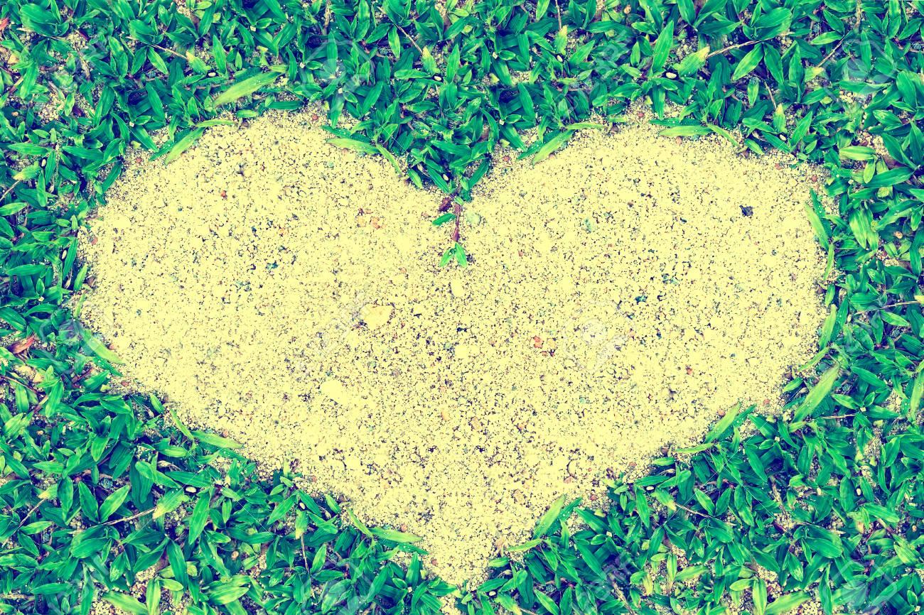 Grünes Gras Blätter Rahmen In Herzform Auf Sand Hintergrund, Liebe ...