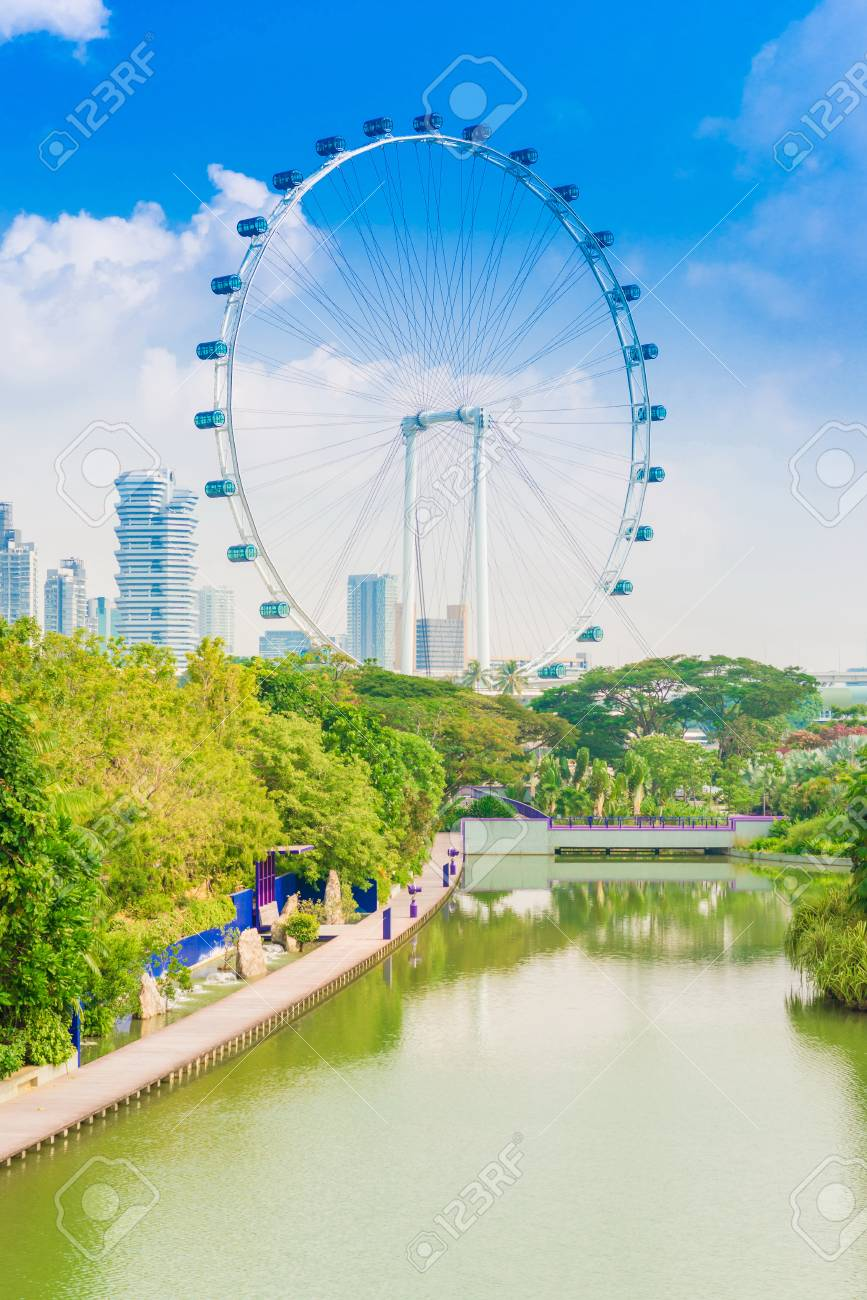 Singapore Flyer Contra El Cielo Azul La Noria Mas Grande Del Mundo