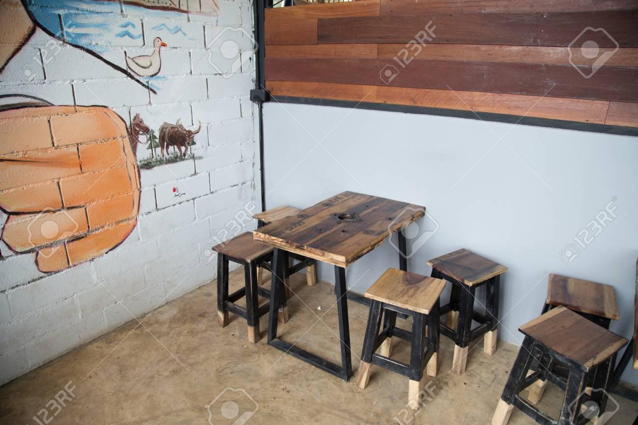 Old Fashioned Terrasse De Café Chaise En Bois Et Une Table Bar Hipster