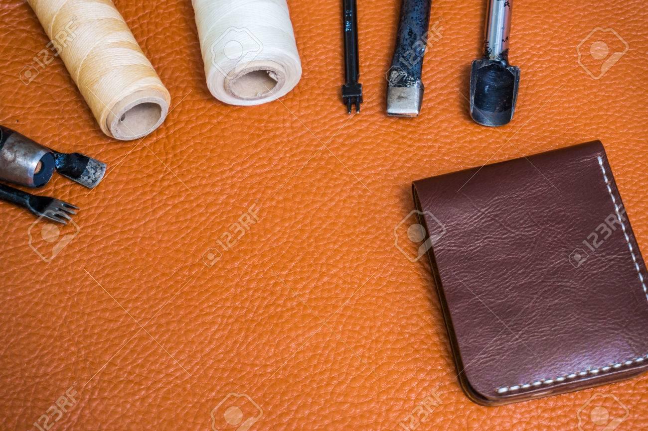 39c626e62700 Artesanía en cuero de la cartera de trabajo con la herramienta en la mesa  de trabajo del artesano de cuero.