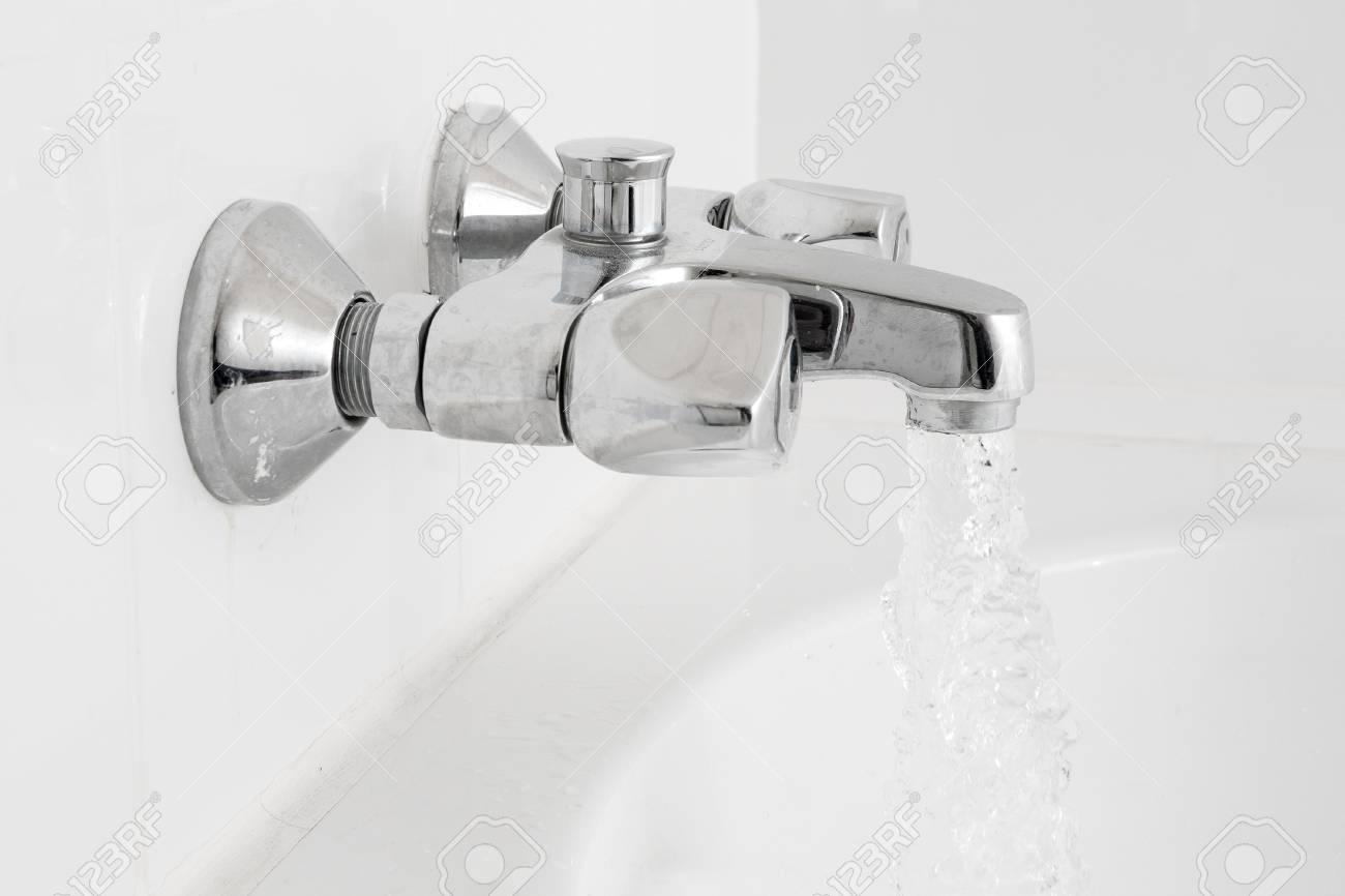 Rubinetto Vasca Da Bagno : Vasca da bagno di lusso e rubinetto con acqua foto royalty free