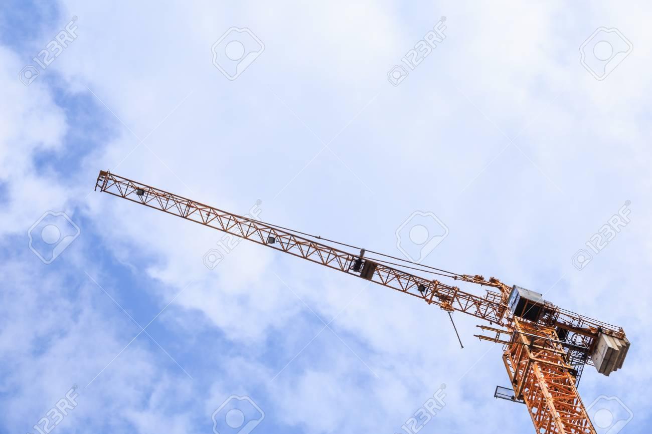 Grúa De Construcción Cielo Azul Y Nubes Blancas De Una Vista De Ojo